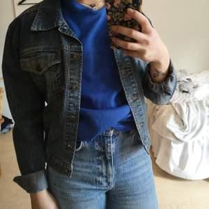 Jeans jacka från Flash i storlek M med blombrodyr på baksidan.