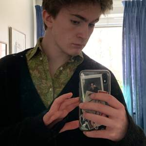 Min gamla skjorta från Gant. Den är grön och har ett lövmönster. Storlek XS, men den går absolut på mig (M) ännu!