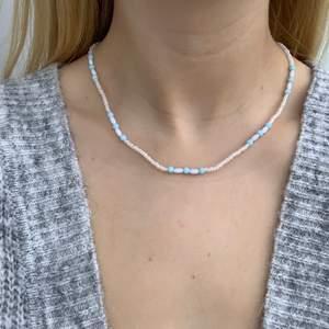 Vitt och blått pärlhalsband med små pärlor 🦋🤍🤩💙🥳🥺 halsbandet försluts med lås och tråden är elastisk