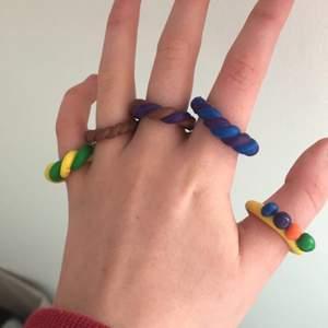 clay rings💜🧡💚 1 för 10 kr, 3 för 25 kr. Jag kommer även göra fler ringar, så skriv eller skicka bilder på andra designer till clay rings som ni skulle vilja se mig göra💜🧡💚 jag kan även göra custom clay rings! där ni skriver hur ni vill att den ska se ut!<3
