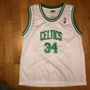 Celtics basketlinnen i nättyg! Är i nyskick och aldrig använd av mig. Bra kvalite. Original NBA. Tröjan är i storlek M fast för barn så sitter ungefär mer som en S. Kan mötas upp, annars tillkommer frakt
