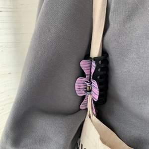 En handmålad hårklämma med rosa detaljer! Tillverkas endast en gång 💛 kostar 70 kr med FRI FRAKT! 🤩
