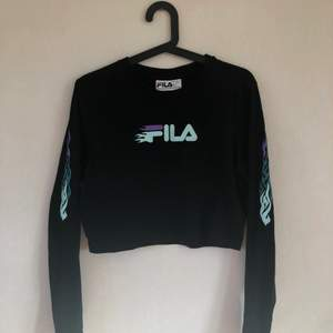 En fila tröja jag köpt på Urban Outfitters! Riktigt snygg men inte min stil direkt. Köptes för 400kr så den är billig nu! Har bara använt en gång så den är som ny🥰 Den är storlek L men passar perfekt på mig som är storlek S/M💓