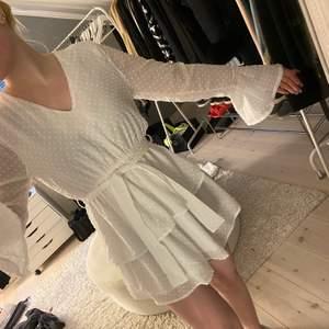 En fin sommarklänning som kommer ifrån madlady som även har snygga detaljer! Storlek S Har bara testat klänningen så den är i nyskick! DM för mer info!💕