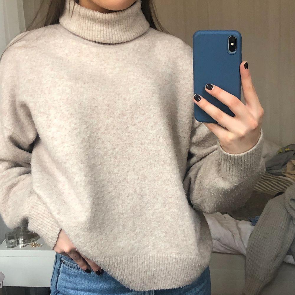 Stickad tröja med polokrage, supermysig men säljer då jag har många liknande. Lite nopprig men inget som man tänker på.. Stickat.