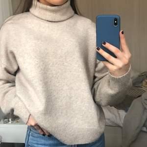 Stickad tröja med polokrage, supermysig men säljer då jag har många liknande. Lite nopprig men inget som man tänker på.