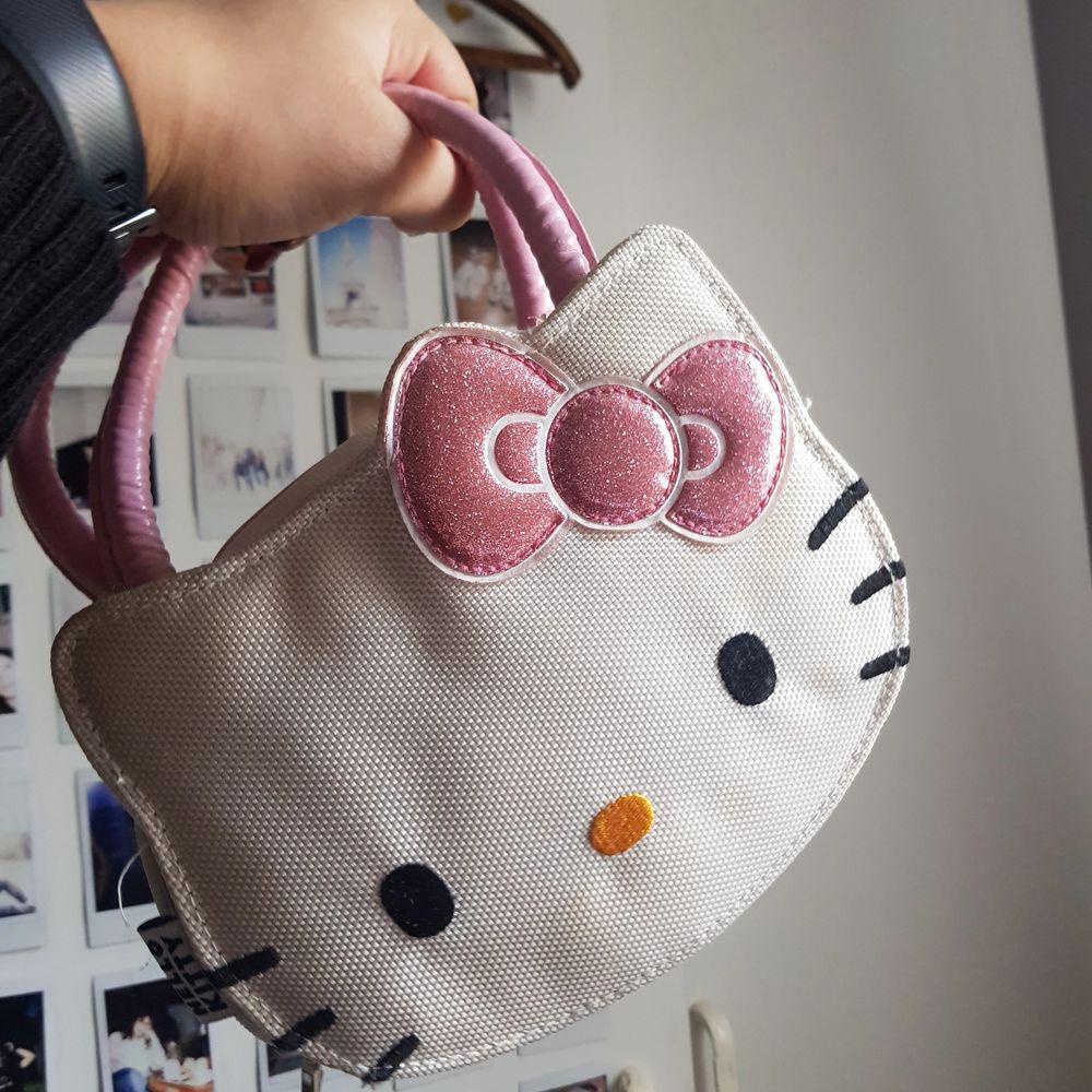 Säljer denna unika Y2K Hello Kitty väska som är gjord för en Nintendo!!💞 Den har massa utrymme för spel och andra tillbehör för en Nintendo. Startpris 350kr+frakt, hör av er om eventuella frågor💞💞💞. Väskor.