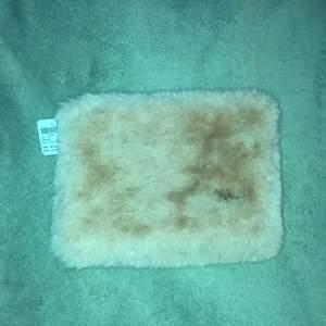 Ljusrosa fluffig liten necessär från Hemtex. Extremt mysig och fluffig :). 24x18 cm. Aldrig använd, prislapp sitter på