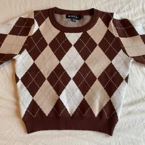 Jätte snygg trendig brun tröja från Motel Rocks. Tröjan är i storlek M men den är ganska tajt. Köpt för 600 kr från Motel Rocks hemsida. Säljs för 500 + frakt