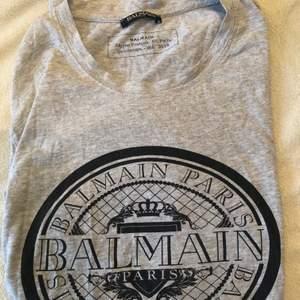Säljer en balmain t-shirt som endast är använd ett fåtal gånger.