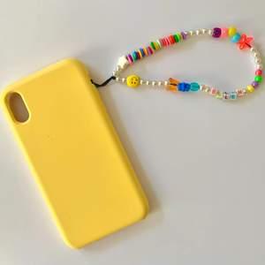 🌼beställ ett hemmagjort mobil smycke🌼  Hej! Här kan du beställa ett trendigt mobil smycke specialgjort för dig!  När du beställer inkludera: om du vill ha särskilda färger/berlocker eller om du vill ha ett vanligt färgglatt. Vill ha något skrivet som tillexempel dit namn/ett ord/en förkortning/initialer. Skriv även om du vill att tråden ska vara vit eller svart🥰(du får gärna skicka en inspirations bild) En beställning kostar 100kr då frakten tillkommer i priset!   Har du en fråga ställ den gärna i kommentarsfältet!