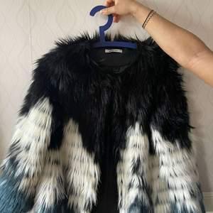 Säljer denna! Fina pälsjacka! Användning 0 gånger, jackan har 3 fina färger som kan passa inför fester och speciellt för sommaren! Jackan är i bra skick 💓💓