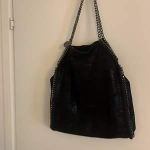 """Jättefin Stella liknande väska, samma storlek som Stellas dock lite mer matt🤍 säljer för jag inte använder den så ofta💖💜jättefin och rymlig med mindre fack inne i väskan. Budgivning om flera är intresserade🤗 """" flera intresserade så dragit igång en budgivning nu, buda snälla inte om du inte är säker på att du vill köpa""""💜"""