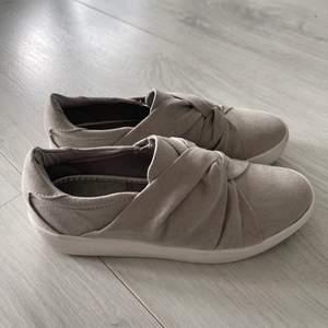 Säljer dessa superfina slip on skor från XIT. Perfekt nu till våren och sommaren! Använda 1-3 gånger men tror att någon annan kan få större användning för dessa! Storlek 37. Pris kan diskuteras. 💕