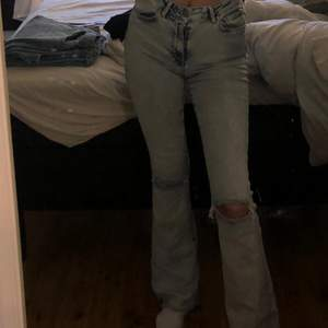 Säljer dessa jeans snygga jeans från bikbok. Super stretchiga med hål vid knäna. Storlek xs skulle även passa storlek S.