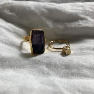 En kristallring och en annan ring i guld. !ENDAST ANVÄND TVÅ GÅNGER! Ringen med kristallen 15kr andra 10kr