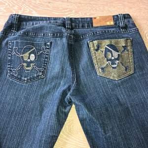 skitsnygga baggy jeans med fina detaljer                                      midjemått ( har mätt över midjan bara) : 43cm                            innerbensmåttet: 77cm