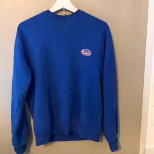 Blå Sweatshirt från Junkyard med litet tryck i storlek XS (är en oversized modell!!). Original pris är 399kr och använd fåtal gånger, säljer för 150kr och köparen står för frakten💗💗💗 skriv privat vid med info och bilder☺️