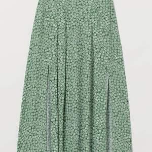Grön lång kjol med blommor. Köparen står för frakten.💕
