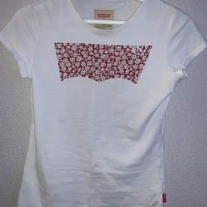 En fin Levis t-shirt i fint skick🤍