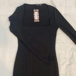 Svart klänning från Boohoo, endast provad (prislapp kvar). Tuff och elegant modell. Passar lika fint till fest och till vardag. Prisförslag 100kr eller bästa bud.
