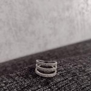 Säljer en trendig ring i fint skick, endast använd en gång. 79 kr, fri frakt. Storlek 16,1. Betala snabbt och smidigt med Swish så skickar jag varan inom en dag. Allt jag säljer kommer från ett rent djur-och rökfritt hem. Kontakta mig vid intresse 🌺