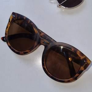 Stora, fashionabla solglasögon med bruntonat glas i sköldpaddsmönster. Sparsamt använda och i gott skick🪐 Köparen står för frakten
