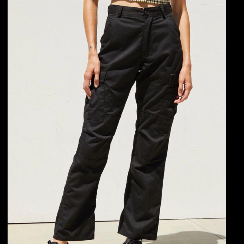 Ett par snygga och på deras hemsida slutsålda J galt cargopants!! Säljer då dom tyvär blivit för små för mig!! Står ingen storlek på dom men jag skulle säga att de passar en XS eller mindre S!💗 Använda men är i ett bra skick! ❗FRAKTEN ÄR INRÄKNAD I PRISET❗. Jeans & Byxor.