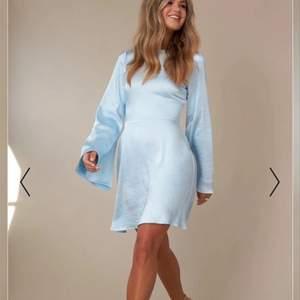 Superfin klänning i stl 36. Helt oanvänd med prislapp kvar. Säljs pga att den ej kommit till användning. Från NAKD x Hanna Schönberg. Nypris 549 kr. Köpare står för frakt.