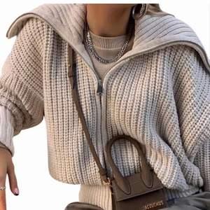 Säljer denna super snygga Zip Up Hoodien från Zara, men säljs inte längre där. Använd 1 gång, bra skick. Storlek M men passar även mig som har storlek S. Köparen står för frakt!💗