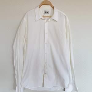 Vit skjorta från Acne. Storlek 50 (skulle säga att det är S). Frakt ingår i priset