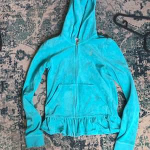 Dens ser typ blå ut men den är turkos jättesöt. storlek e XL men sitter som S