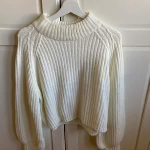 Stickad vit tröja från gina tricot i storlek xs men sitter som en S! Aldrig använd. Säljer för 170 kr inkl frakt! Säljer pga flytt 🥰