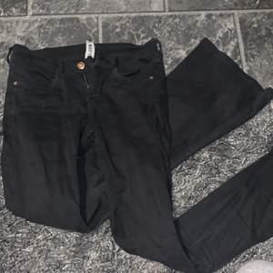 Super fina svarta bootcut jeans från bubbleroom