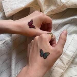 Köpte ett storpack med gnuggis-tattoos, men kommer ej använda alla. Säljer för 5:- st. 🦋✨ Superfina till festen eller inför sommaren. Temporära tatueringar som skrubbas bort i duschen. Håller fint i 24h 💗 Ringa in de ni vill ha, vi har instruktioner på bild 💕