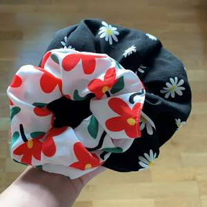 Handgjorda blommor scrunchie, 2st, en är större ❤️ 45kr inklusive frakt 🍄
