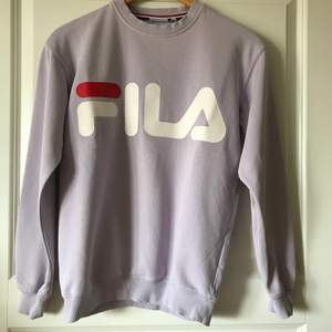 Lila FILA sweatshirt i oanvänt skick
