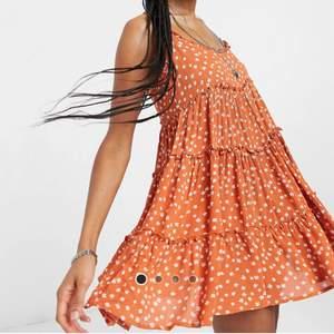 Klänningen är från ASOS i storlek M och är slutsåld. Säljer eftersom den inte kommer till användning. Den har ett litet hål i nedersta volangen men det syns inte alls när den är på, det är även väldigt lätt att fixa.