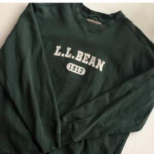 """Säljer denna vintage sweatshirt köpt på beyond retro i somras. Oversized med superfin passform! Storleken är """"tall"""" men skulle tolka det som en L. Skriv privat vid frågor. ❤️"""