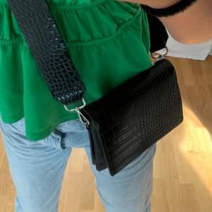 Väska från märket Carin Wester! Aldrig använd så i toppen skick✨ väskan kommer med två band, ett lite bredare, som även har samma mönster som väskan! Och ett lite smalare band. Väldigt rymlig då den har fem fack 💕💞 köpt för 400kr och säljer för 200 + frakt💞