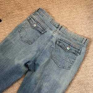 Snygga jeans med lite bootcut, hade jättesvårt att få en bra bild på benen, men passar för någon ca 165cm lång, men de beror helt på hur du vill att dem ska sitta!! Skulle säga att det är storlek S/M i jeansen! :) väldigt y2k!!!!