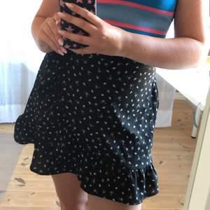 Superfin kjol som jag har köpt på Newyorker. Skönt och runt material. Kjolen har en dragkedja på sidan och även en knytning så den sitter bra. Kjolen är i stl L men funka lika bra till stl M eller mindre. Kjolen är använd ett par gånger❤️❤️ köparen står för frakten💕💕