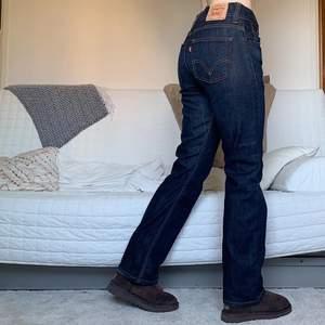 Säljer dessa snygga levis 506or i storlek W30L34! De är lite tightare vid höfterna/rumpan och lite flared längre ner! Midjan är 85cm och innerbenslängden 78cm, jag på bilden är 172cm och bär vanligtvis storlek 38/W28/S-M!❤️💕✨💓🌸