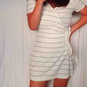 Mini playsuit från Zara. 🌃 Ser ut som omlott klänning (knyts i sidan) framifrån men har shorts. Ribbad och randig. Storlek M, men passar även S. Färg är