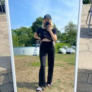Svarta kostymbyxor från ginatricot! Sitter alldeles för tajt i midjan på mig… supersnygga!