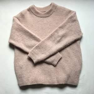 En stickad rosa tröja. Super varm och skön. Säljer för 100kr +frakt.