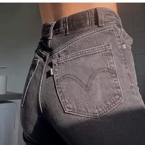 Var tvungen att lägga upp igen pga oseriösa köpare. Säljer ett par svarta Levis high loose. Storlek w25 som motsvarar storlek 34/36. Perfekta baggy jeans som passar till alla outfits. Dom är köpta i december 2020 för 1200kr. Dom är bara använda ca 3 gånger och därför i mycket bra skick. Frakt tillkommer på 66kr🤍