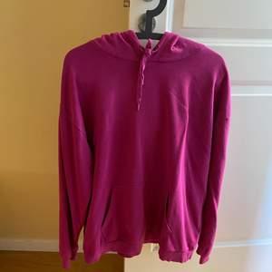 Skön mjuk hoodie i storlek XL från Cubus. Har länge varit en favorit men kommer inte till användking längre. I gott skick.