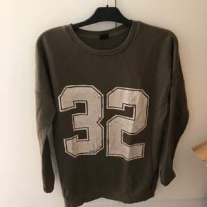 Grön oversized tröja med slitet mönster (ska vara så) är egentligen storlek xs men kan passa M eftersom den är oversized
