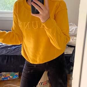 En gul tröja för det står på franska Jaune och betyder gul💛 sitter superfint på och är i bra skick❤️ Klp den nu innan det är försent 🌸